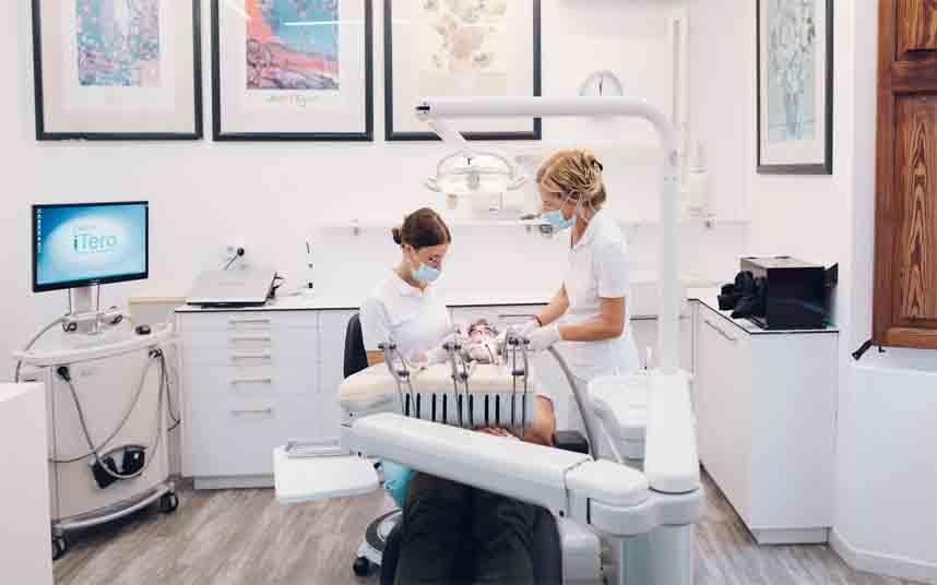 El Ayuntamiento cierra un acuerdo con cien clínicas odontológicas para reducir precios