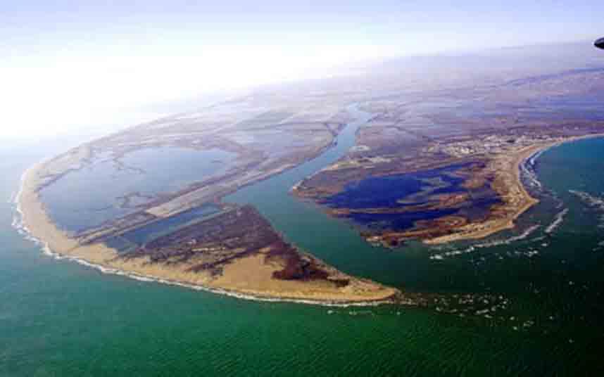 El temporal inunda una tercera parte de los arrozales del delta del Ebro