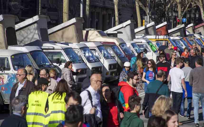 Más de mil vehículos clásicos en el Paseo de Gràcia contra la Zona de Bajas Emisiones