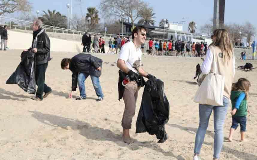 Retirados 150 kilos de residuos plásticos de las playas de Barcelona