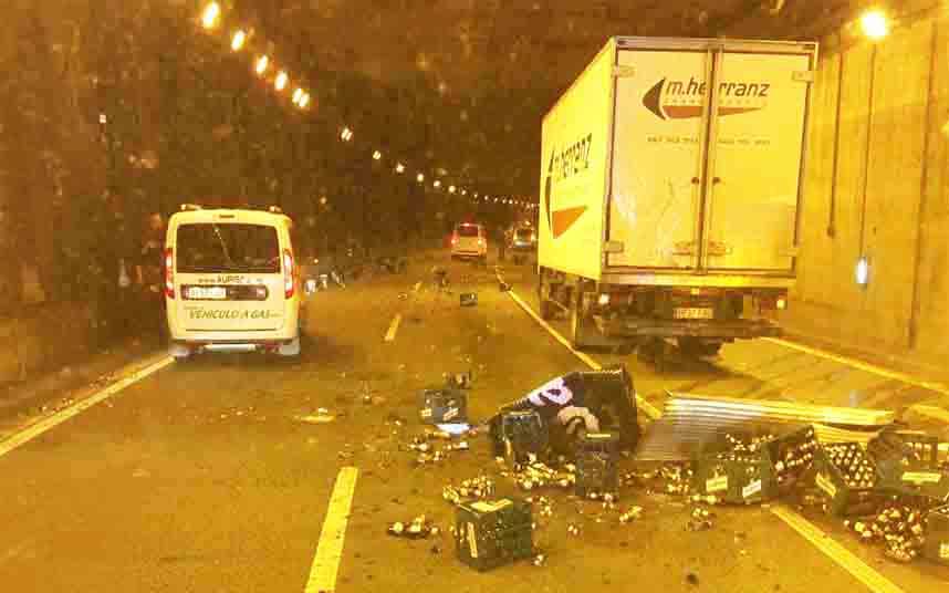 Un camión cargado con botellas de cristal pierde la carga y colapsa la Ronda de Dalt