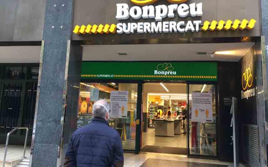 Matan a un hombre en la puerta de un supermercado de la calle Sardenya