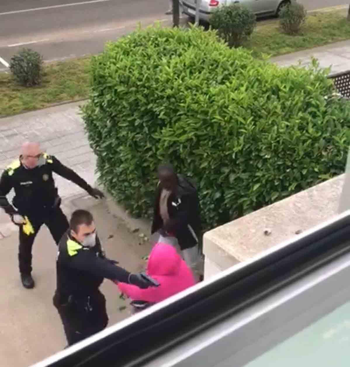 La agresividad descontrolada de dos policías locales de La Bisbal