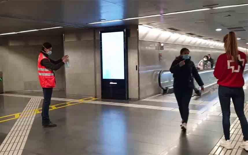 Reparto de mascarillas a los trabajadores que se reincorporan al trabajo en transporte público