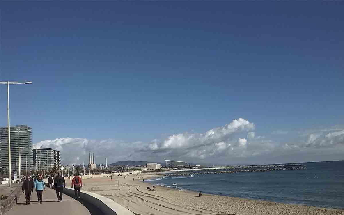 El Ayuntamiento de Barcelona aclara que no se permitirá tomar el sol en las playas