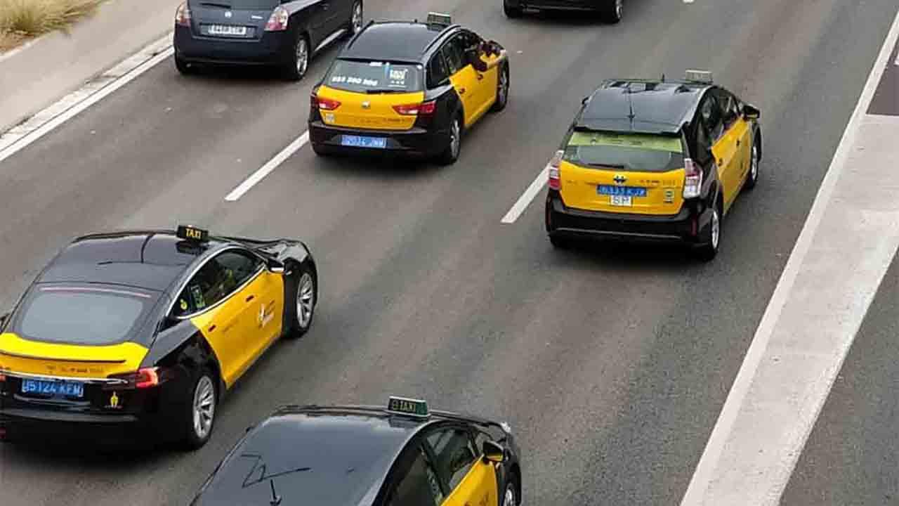 Acuerdo para reducir la flota de taxis en Barcelona a partir del 22 de junio