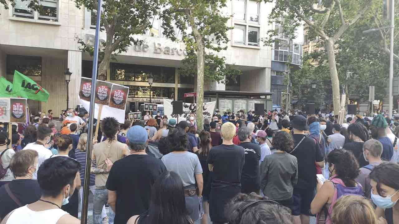 Protesta frente a la Bolsa de Barcelona para exigir un plan de choque social