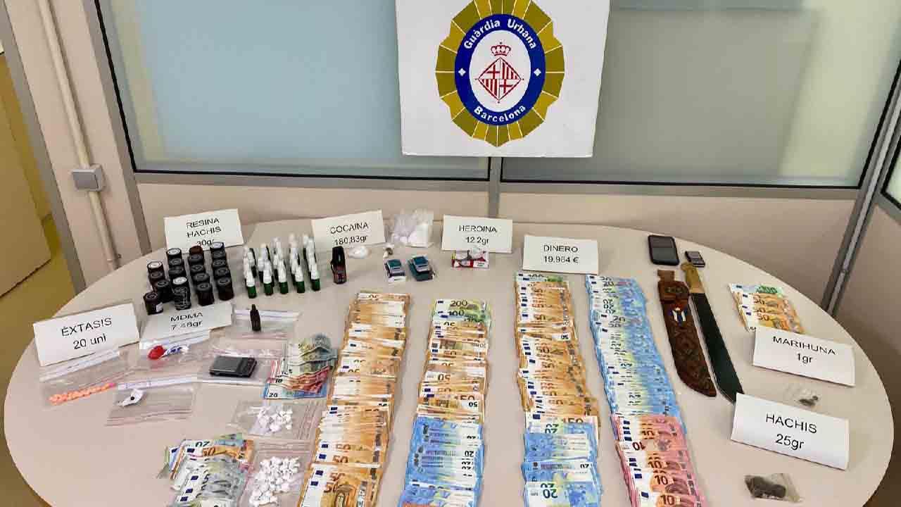 La Guàrdia Urbana desmantela tres puntos de venta de droga en Ciutat Vella