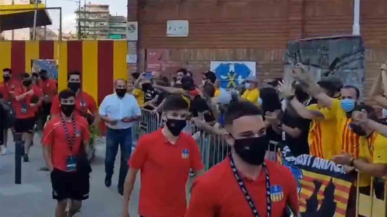 La afición del UE Sant Andreu desobedece las restricciones