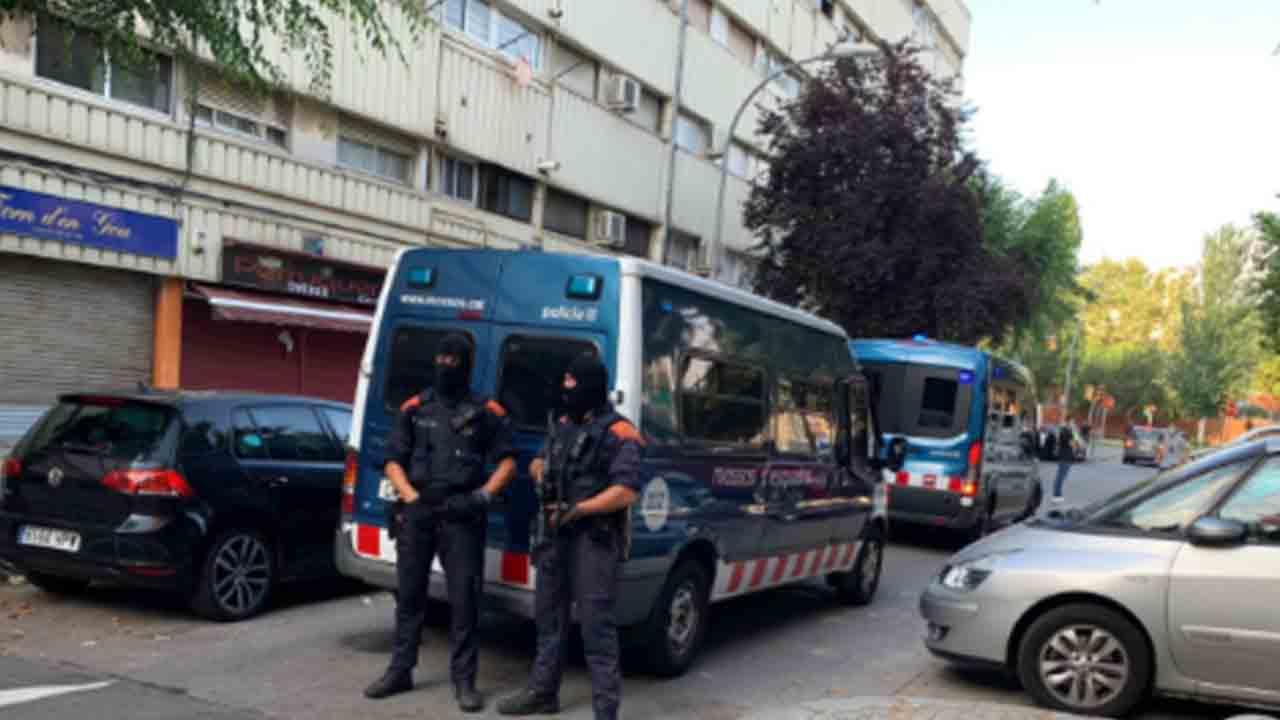 Macrooperativo de 500 Mossos en La Mina contra un grupo de delitos violentos