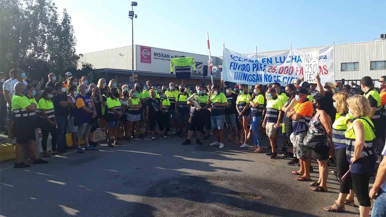 Protesta de los trabajadores de Acciona en Barcelona frente de Nissan