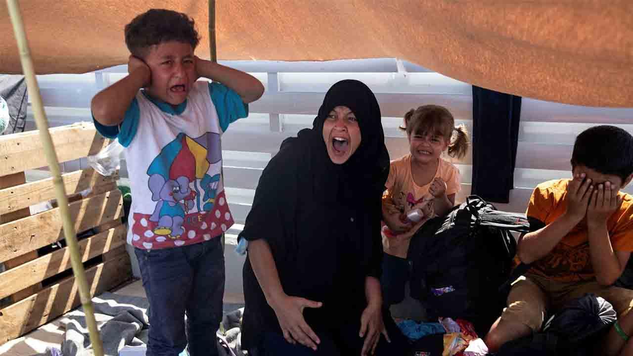 Barcelona se ofrece a acoger 55 refugiados de la isla griega de Lesbos