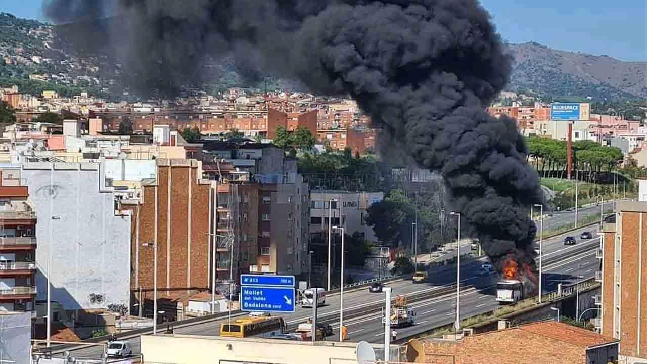 Se incendia un autobús en Badalona que obliga a cortar la C-31