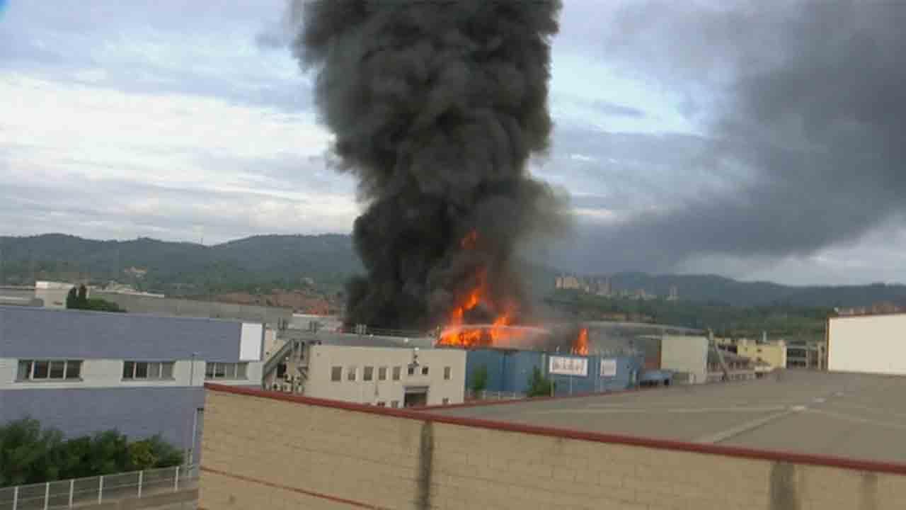 Un Incendio en una empresa de Sant Feliu de Llobregat obliga a la población a quedarse en casa