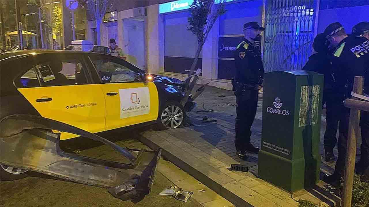 Amenaza a un taxista con una navaja, le roba el coche y se estrella contra un árbol