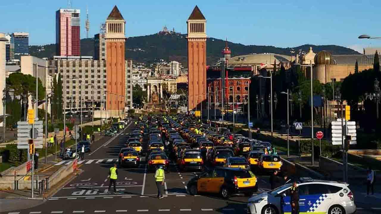 Concentración de los taxistas de Barcelona para exigir ayudas al sector