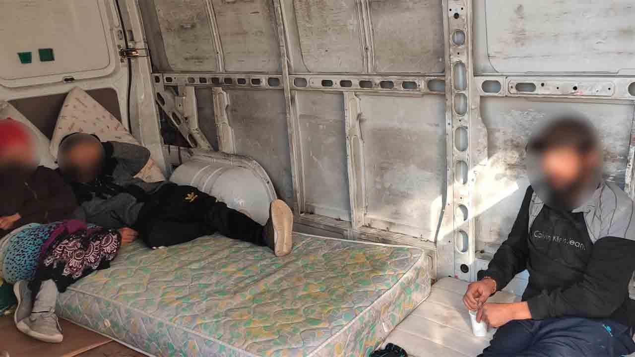 Denuncian a dos furgonetas en el Baix Llobregat por llevar pasajeros en la zona de carga
