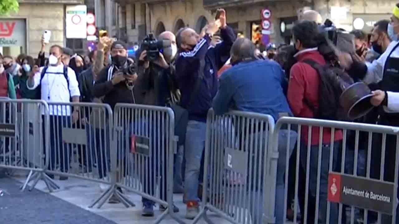 Restauradores y comerciantes protestan en Barcelona contra el cierre