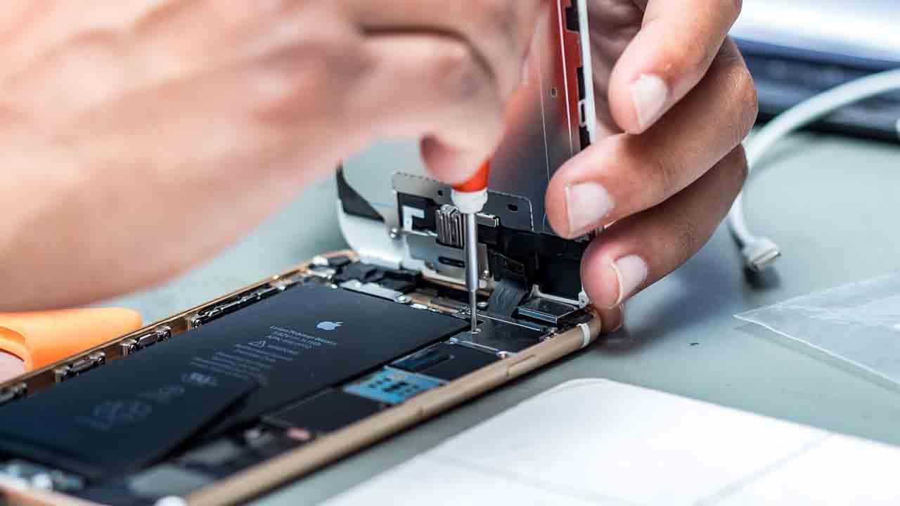 El derecho a reparar el móvil gana fuerza y promete menos coste para los usuarios