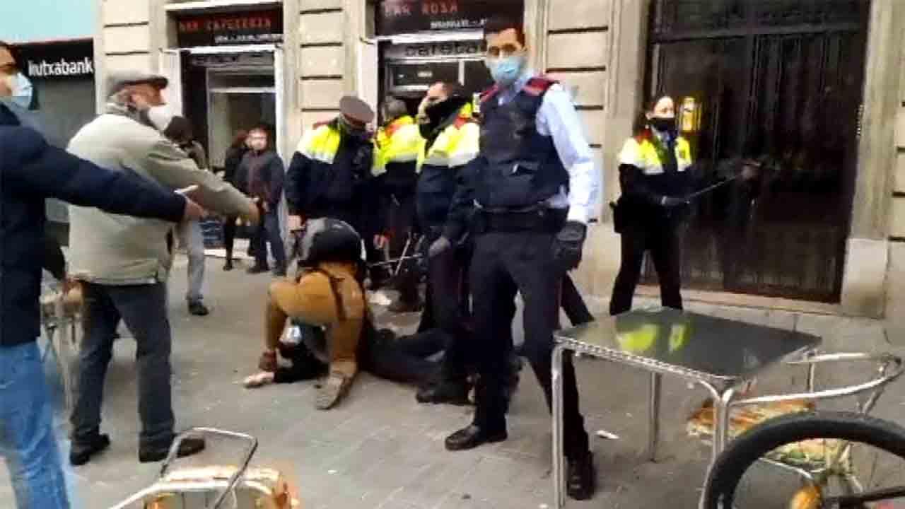 Cargas policiales y tres detenidos en un desahucio en el Eixample
