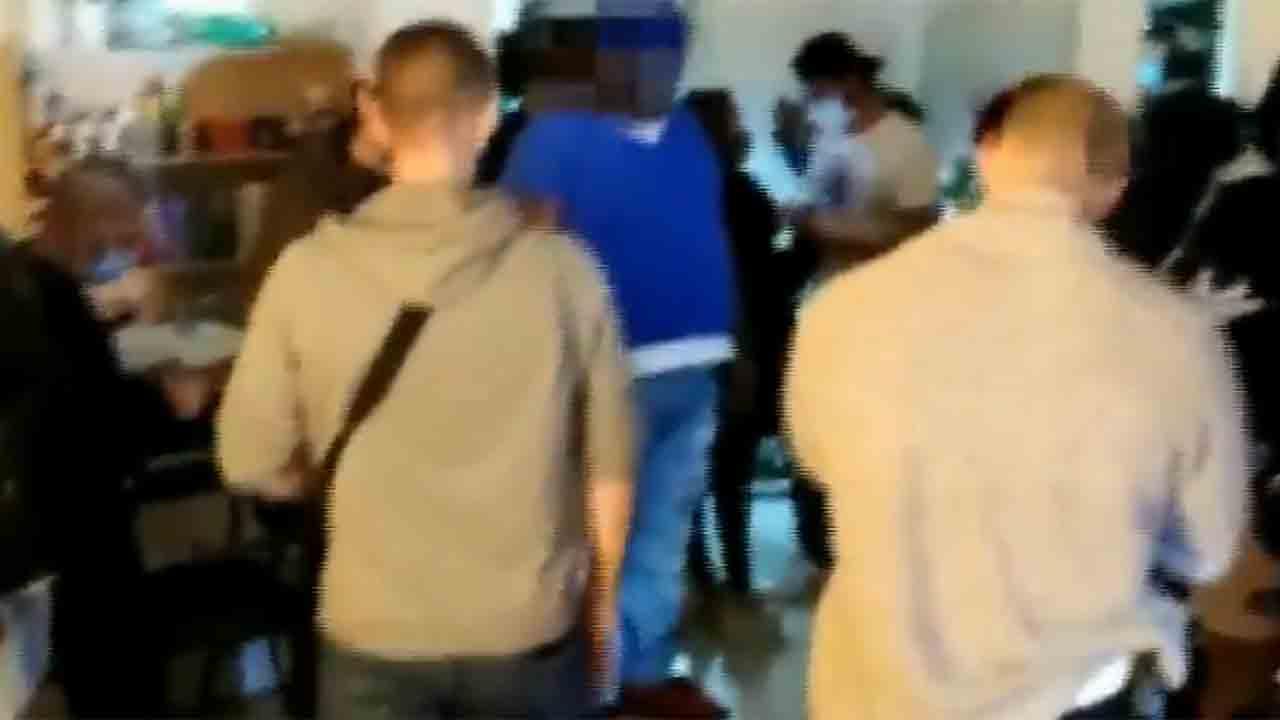 Descubren una fiesta ilegal en una peluquería de Nou Barris