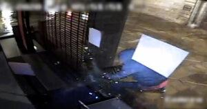 Robaba en establecimientos rompiendo los cristales con una tapa de alcantarilla