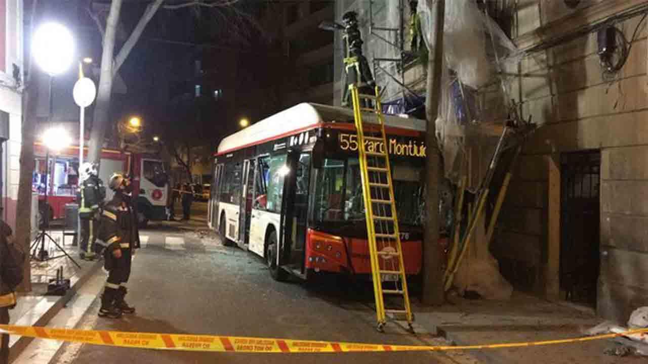 Seis heridos en el choque de dos autobuses en Poble Sec
