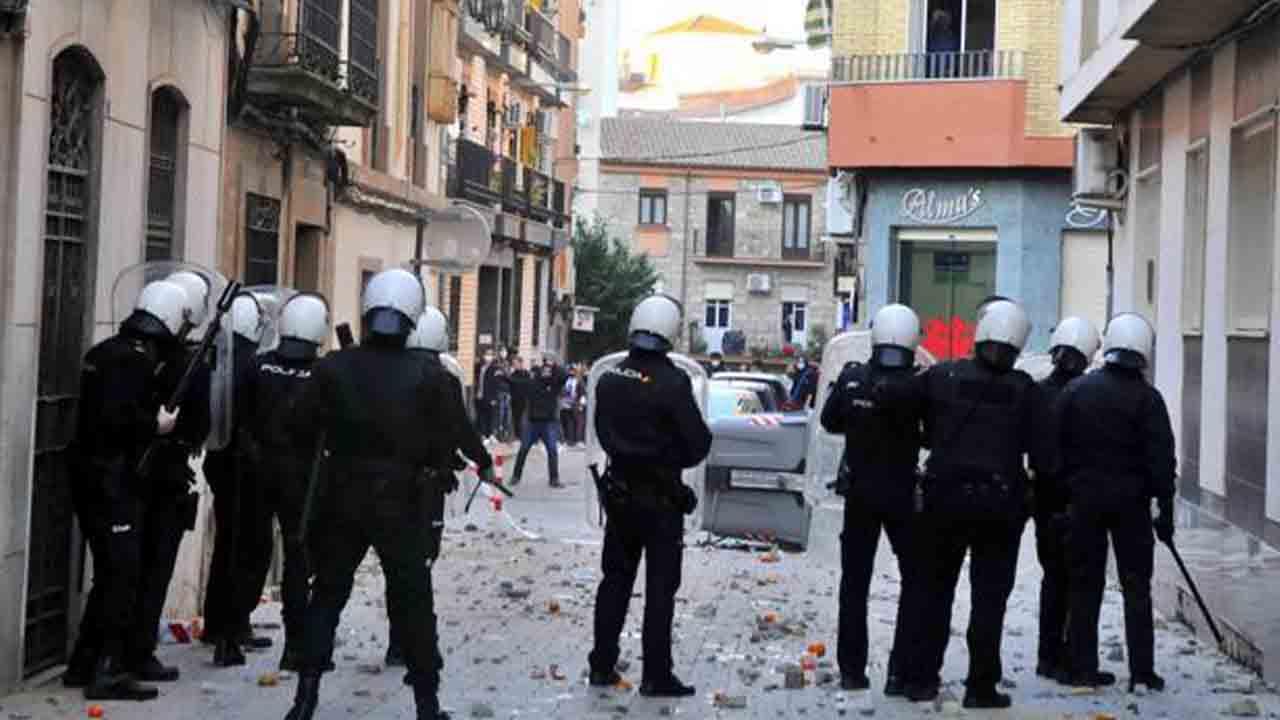 Prisión para dos policías de Linares por agredir a un hombre y a su hija menor