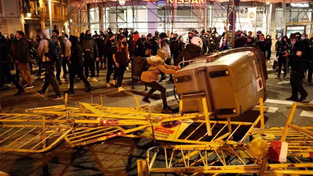 Quinta noche de protestas en Barcelona con saqueos y barricadas