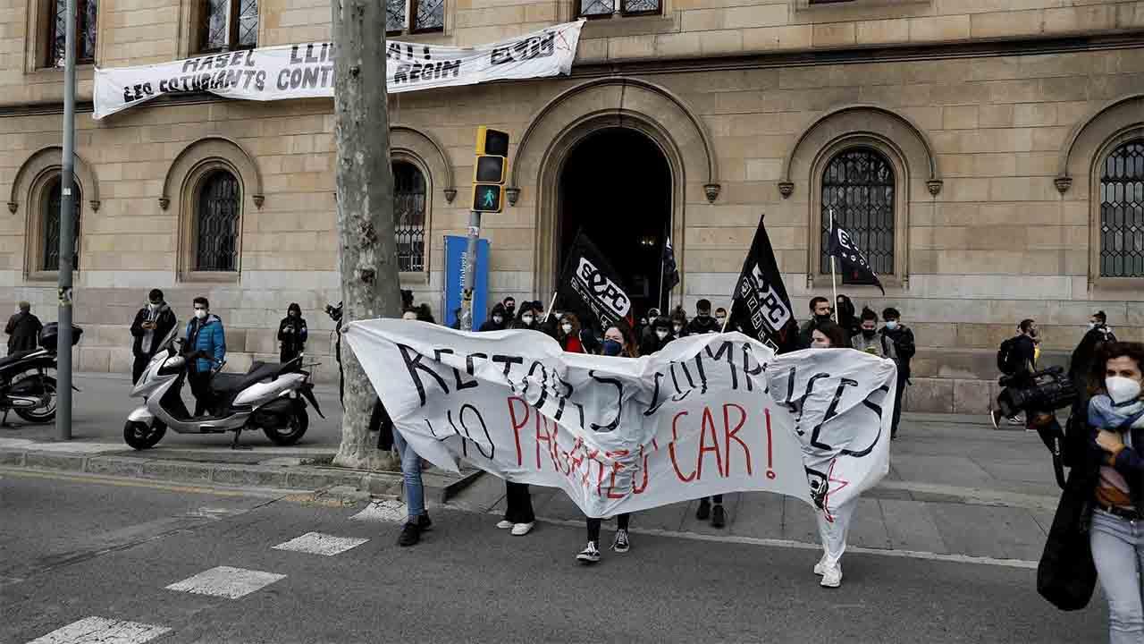 Un grupo de estudiantes protestan en la UB contra el encarcelamiento de Hasél