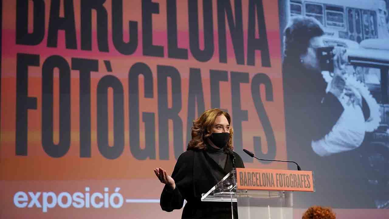 Ada Colau inaugura la exposición 'Barcelona Fotògrafes' en el marco de los actos del 8M