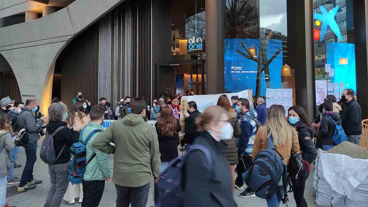 El Sindicat de Llogaters denuncia acoso inmobiliario ante la sede de Caixabank