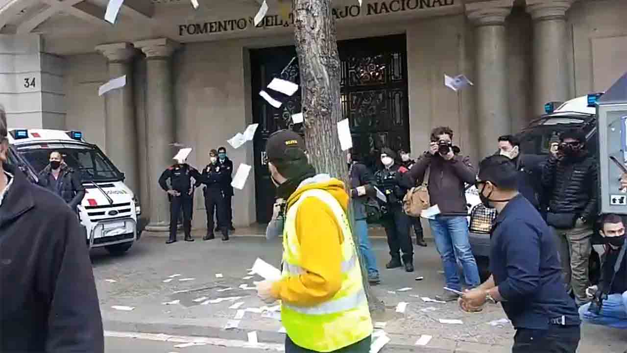 El taxi de Barcelona protesta ante la sede de Foment del Treball