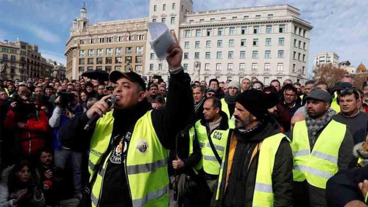 Los taxistas convocan asamblea extraordinaria en la estación de Sants