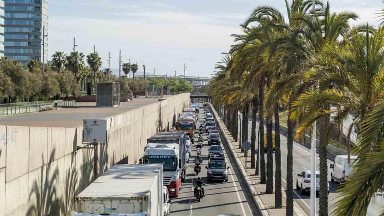 Los transportistas amenazan con movilizarse contra la ZBE de Barcelona