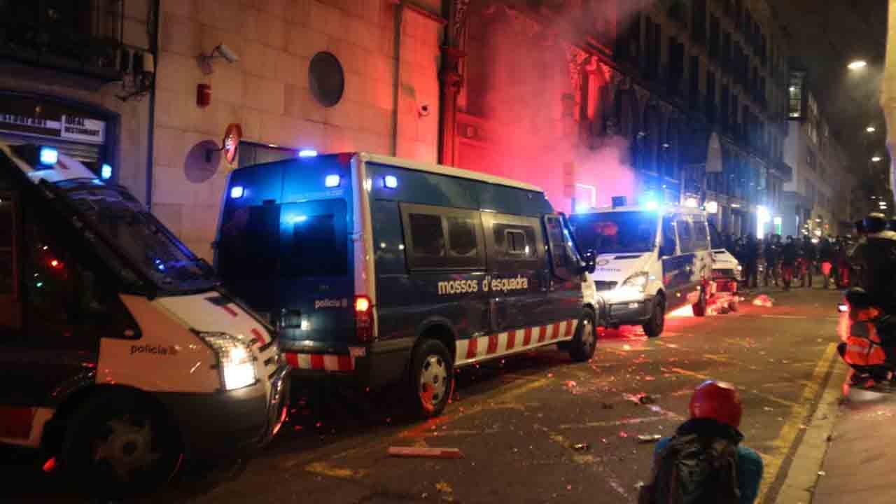 Ocho detenidos involucrados en la quema de una furgoneta de la Guàrdia Urbana
