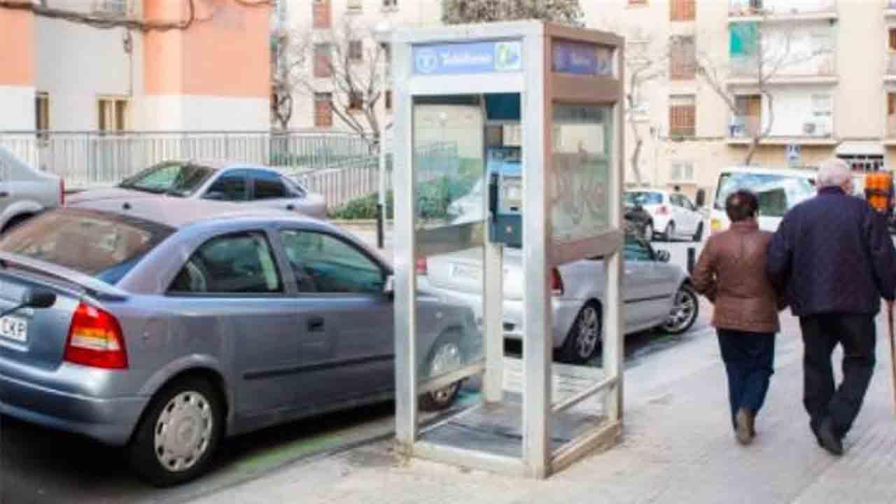 Telefónica cede al Ayuntamiento de Barcelona la última cabina de teléfono