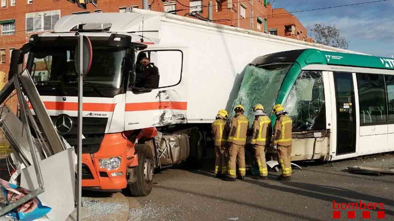 Tres heridos en un accidente entre un camión y un tranvía en Sant Adrià