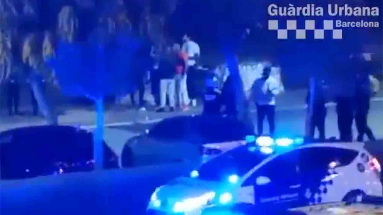 La Guardia Urbana desaloja a 200 personas de una fiesta ilegal en la Zona Franca