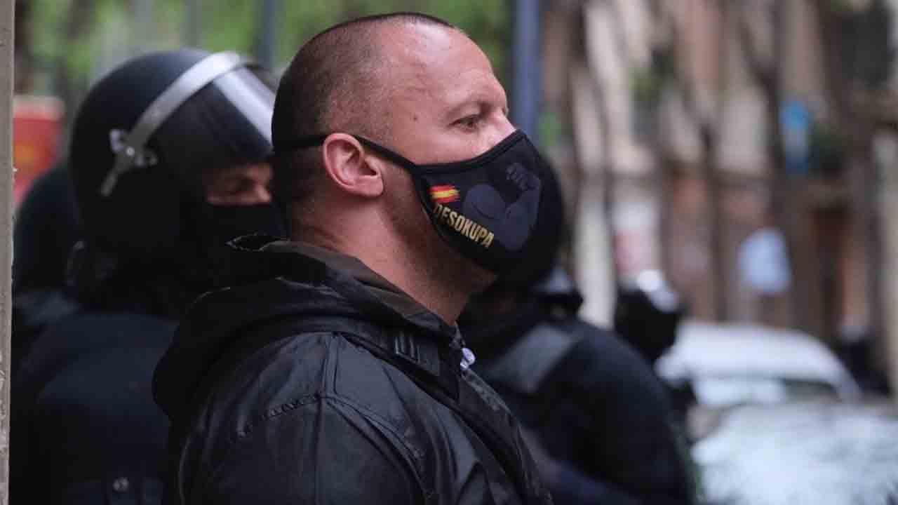 La extrema derecha y los Mossos juntos para un desalojo en Poble Sec