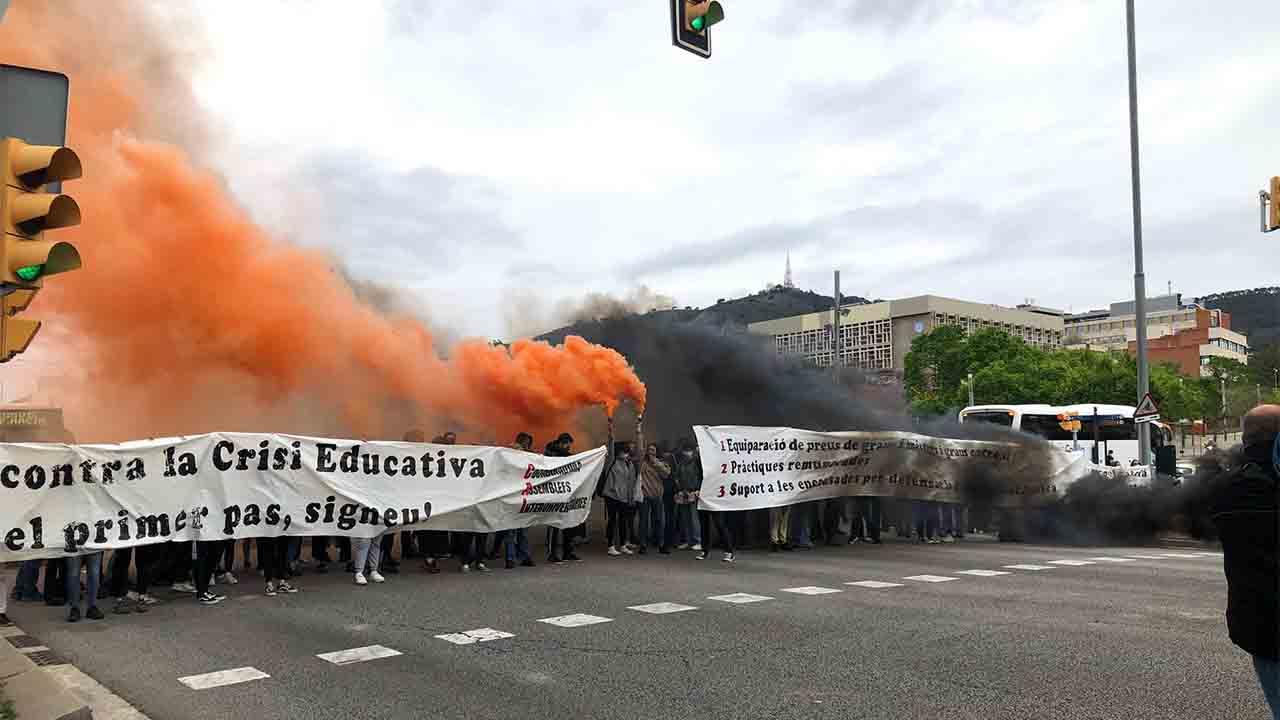 Los estudiantes cortan la Diagonal 'contra la crisis educativa'