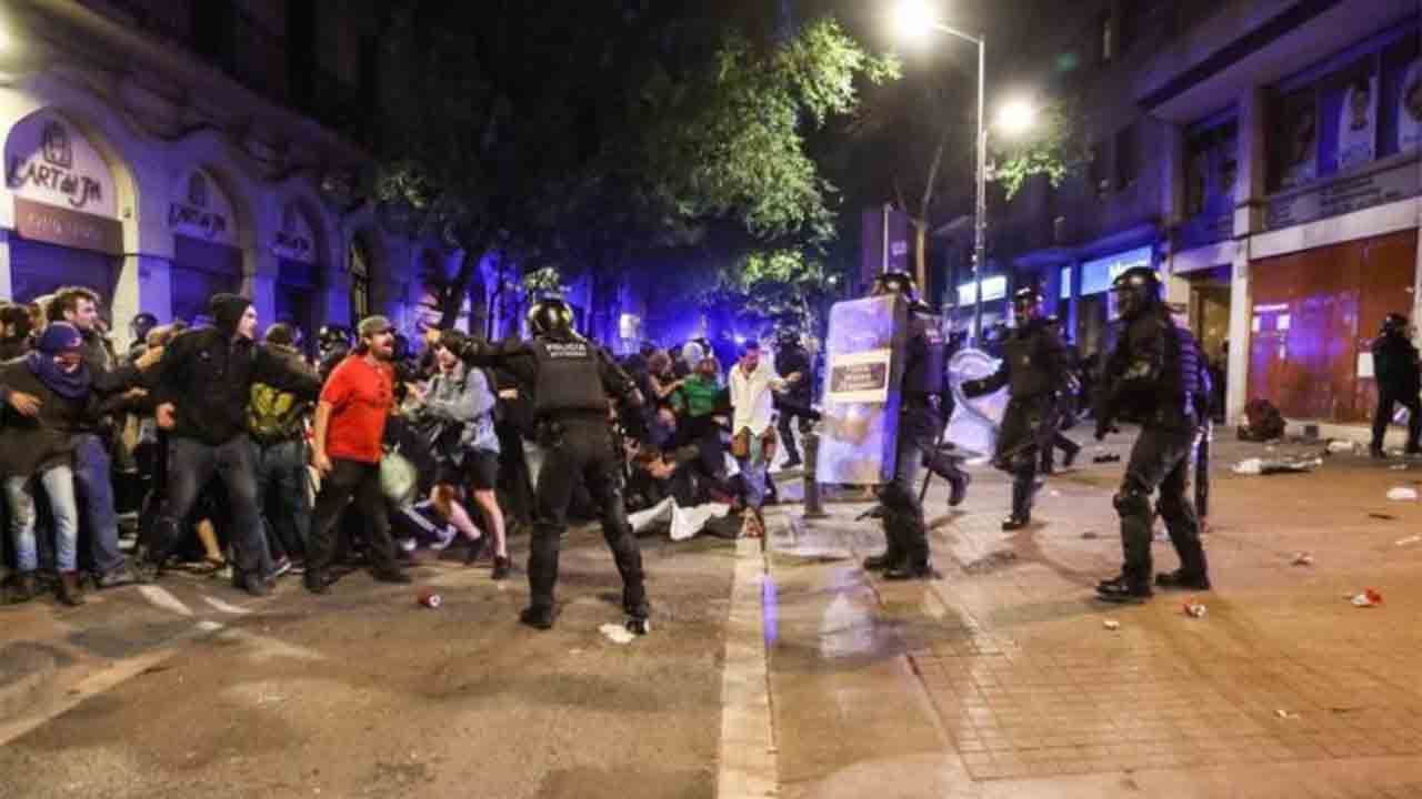 Piden 5 años de prisión a un Mosso por la agresión a un periodista en Gràcia