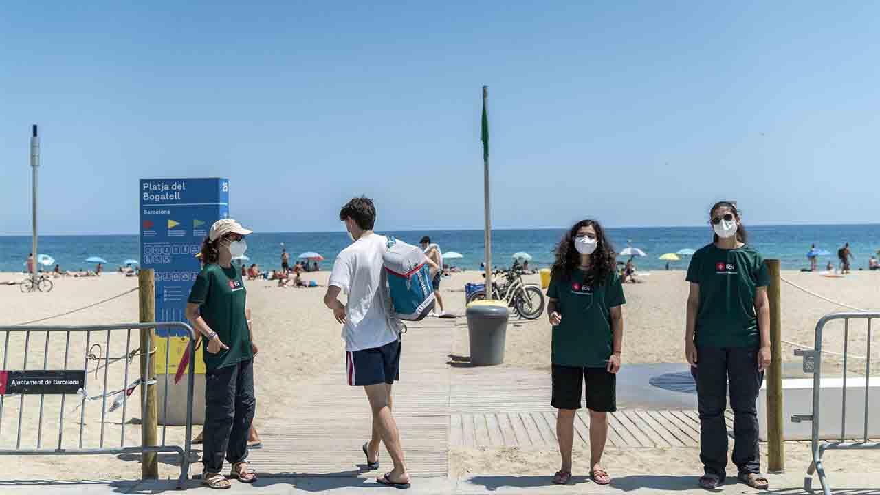 Barcelona activa la regulación de aforo en las playas