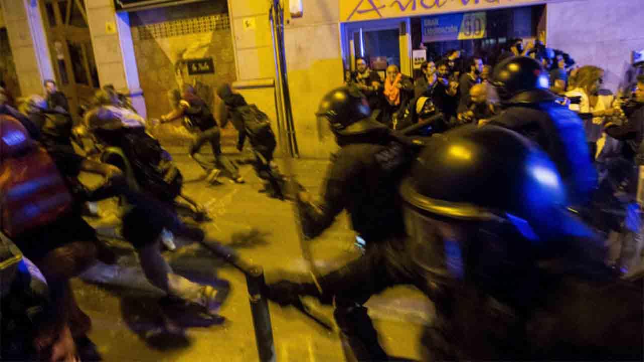 Dos años de prisión a un mosso por la agresión a un periodista en Gràcia