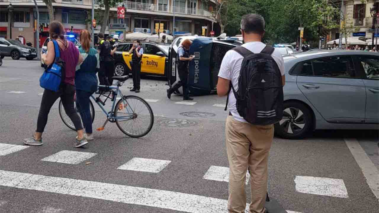 Espectacular accidente de un taxi con los mossos en Villarroel