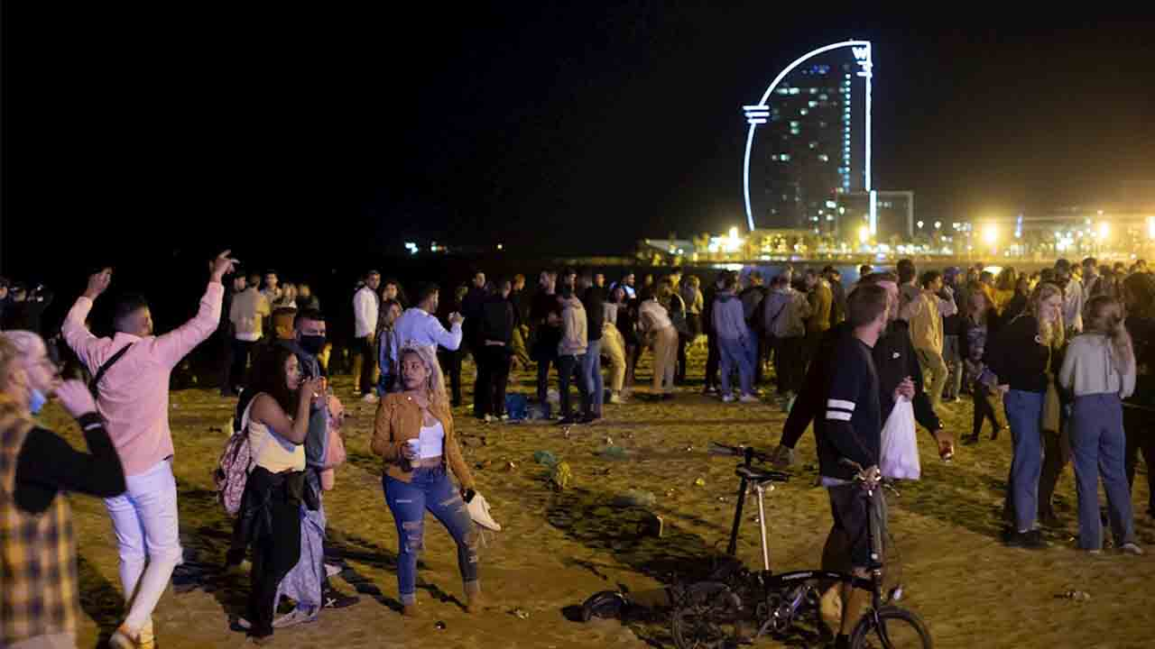 La Playa de Sant Miquel y el Paseo del Born se vuelven a llenar por los botellones