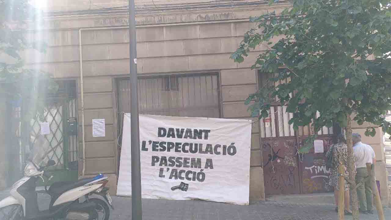 Ocupan un edificio en Gràcia vinculado a un caso grave de acoso inmobiliario
