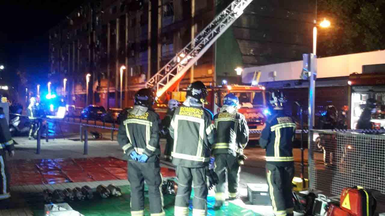 Un incendio en la calle hace arder un edificio en el Besòs