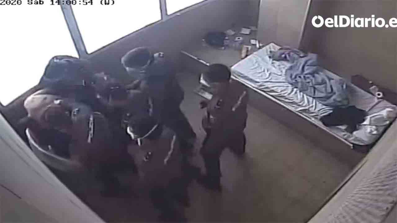 Abuso policial a un interno del CIE Zona Franca