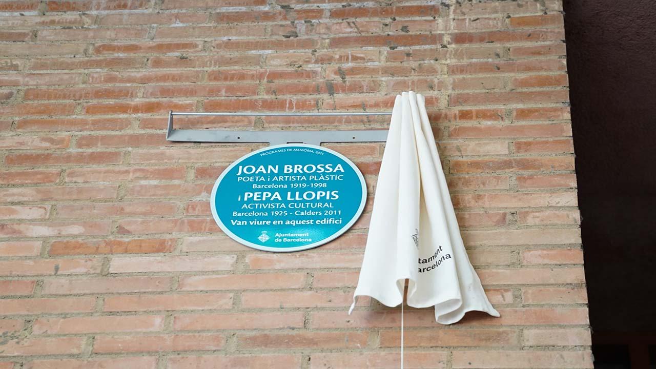 Barcelona dedica una placa al poeta y artista Joan Brossa y a la activista Pepa Llopis
